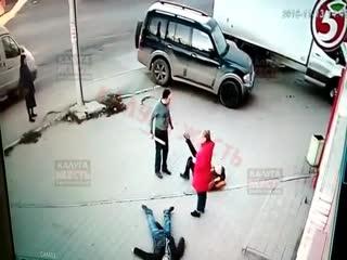 Неадекватный мужчина проломил головы двум парням прямо на улице