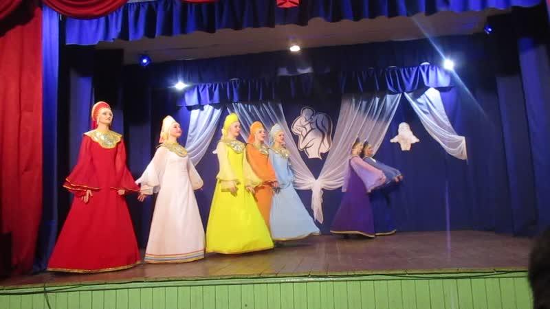 Старшая танцевальная группа на концерте в День Матери