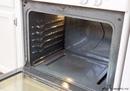 Простое средство, которое поможет очистить духовку от нагара