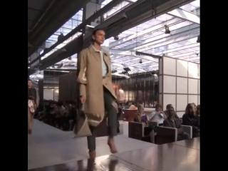 Топ-Модели Наталья Водянова, Ирина Шейк и Кендалл Дженнер на показе Burberry в Лондоне.