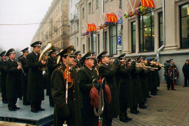 Открытие первого Макдональдса в Минске, Белоруссия, 1996 год.