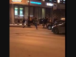 Неадекват повредил 2 авто, останавливая машины на пешеходном переходе