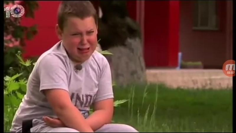 Пацан плачет из за шоколадки