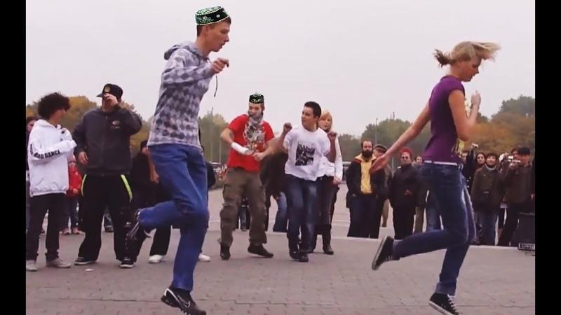 Молодежь танцует под татарскую гармонь!