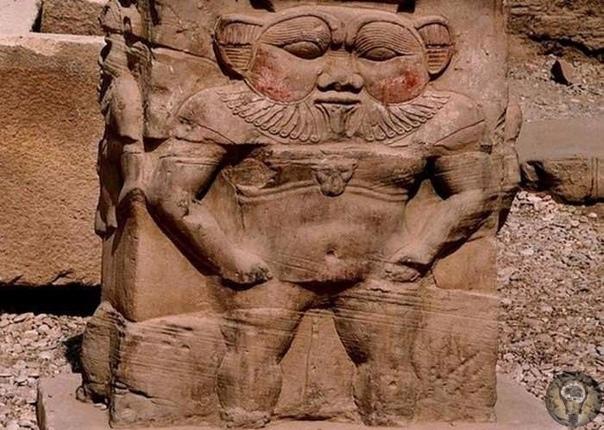 БЕС ЕГИПЕТСКИЙ Среди многих представителей египетского пантеона чаще всего на скарабеях изображаются кривоногие карликообразные божества, одетые в львиную шкуру и с львиным хвостом, в повязке