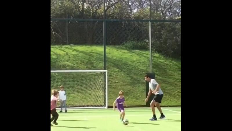 Дель Потро играет в футбол.