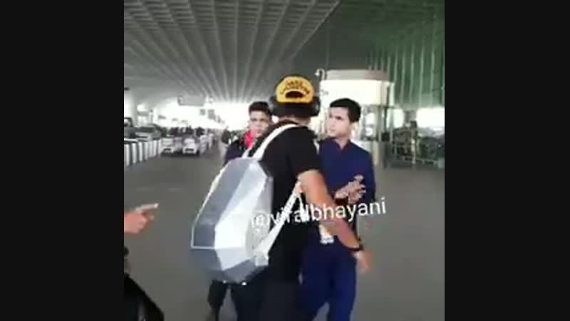 [ VIDEO ] - - @itsSSR snapped at the Airport today sporting a nice T-shirt and carrying cool bag - - SushantSinghRajput