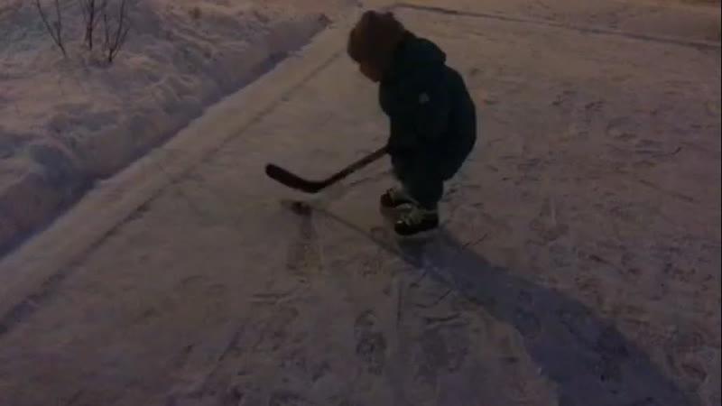 Племянник ходит на коньках и уверенно держит в руках клюшку. Ему недавно исполнилось два года! Он будет чемпионом. д