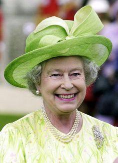 Зелёные шляпки на королевской головке. Елизавета II