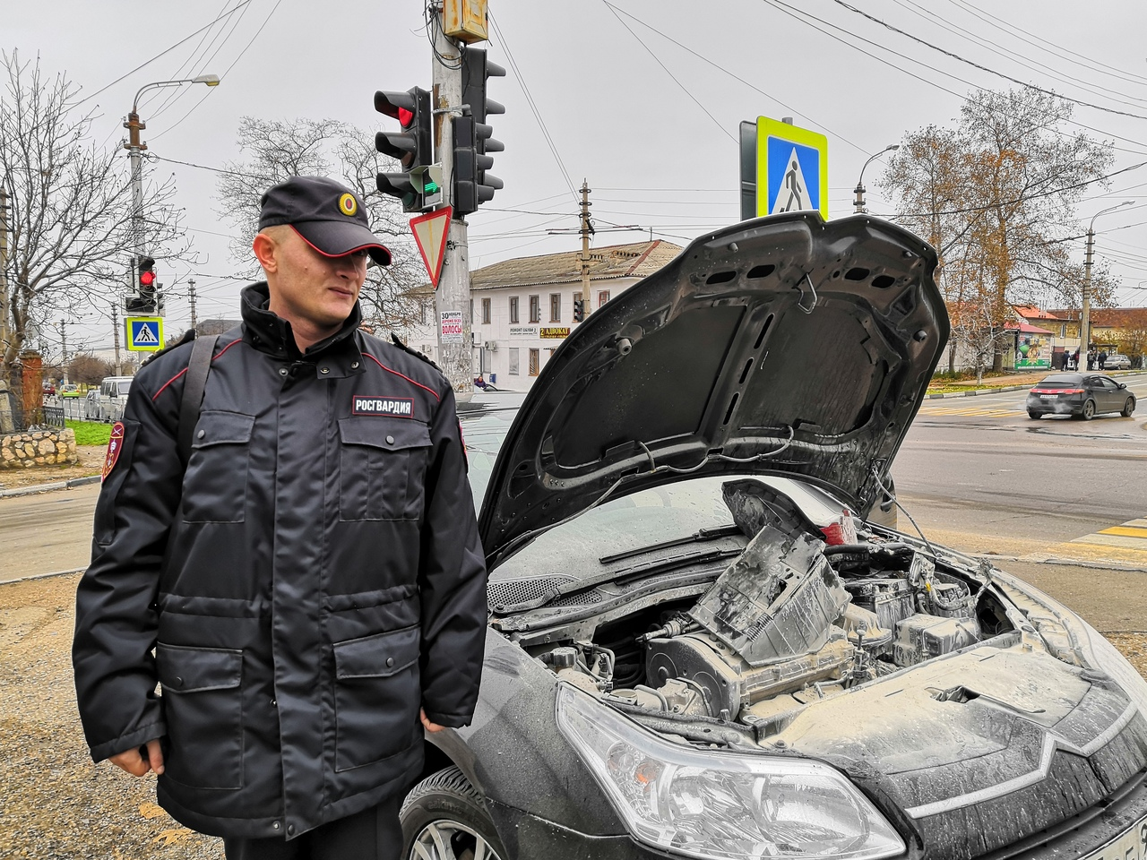 В Севастополе загорелся автомобиль. Росгвардейцы потушили