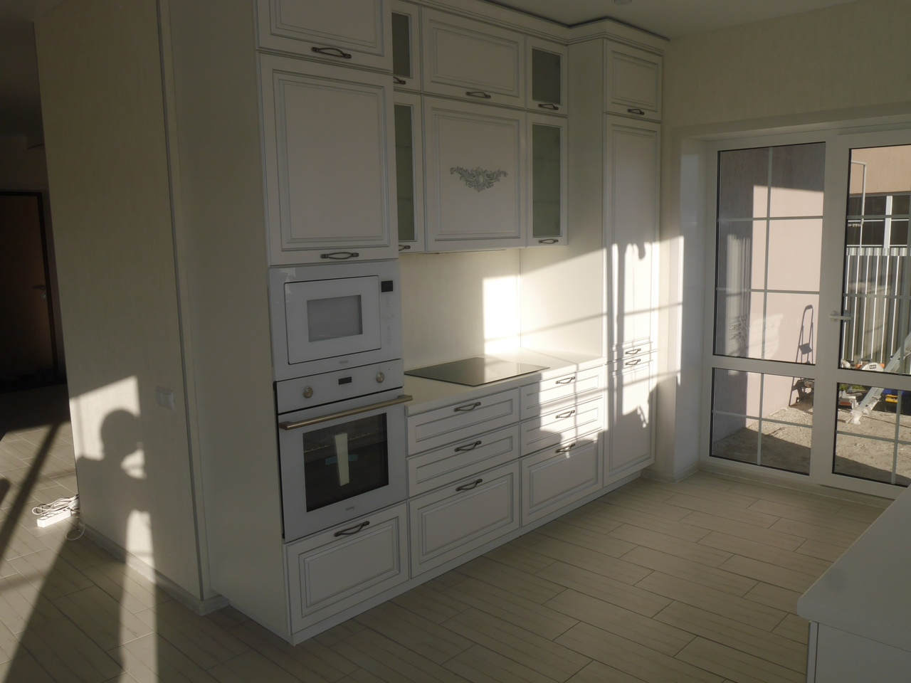 Закончили монтаж кухонного гарнитура в классическом стиле.