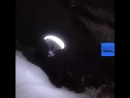 француз Valentin Delluc парит в своем пути через в ледник под руководством Луны и LED