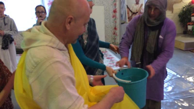 Панча таттва Шри Чайтанья убирает храм 2