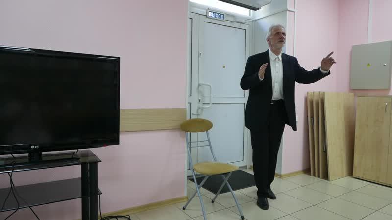 Дмитрий Ефименко читает стихотворение Юрия Левитанского Жить среди книг хотя б и не читая