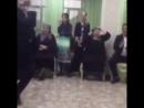 танцует дед