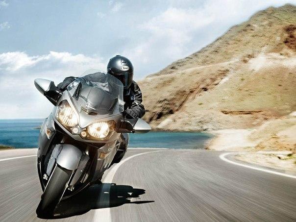 Парень гонит на мотоцикле 100 миль в час (около 180 км/ч)
