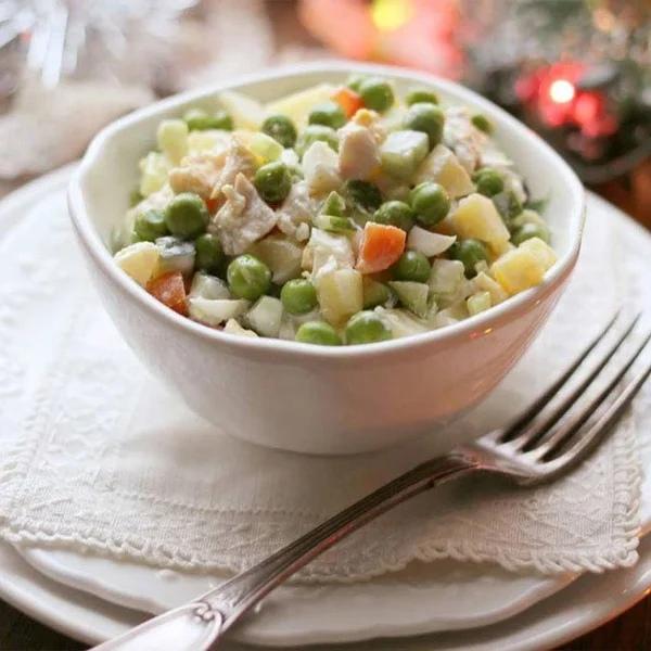 Как в СССР испортили французский салат Оливье и почему он стал символом праздничного стола