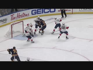 Roberto luongo stretches out pad to make superb save