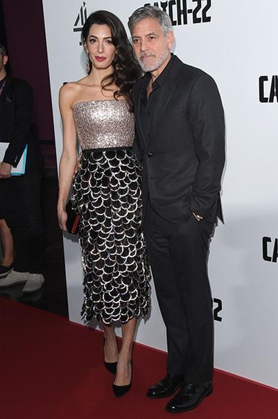 Джордж Клуни со своей женой Амаль и ее мамой Барией Аламуддин на премьере сериала Уловка-22 в Лондоне Прошлым вечером в Лондоне состоялся премьерный показ сериала «Уловка-22», где Джордж Клуни