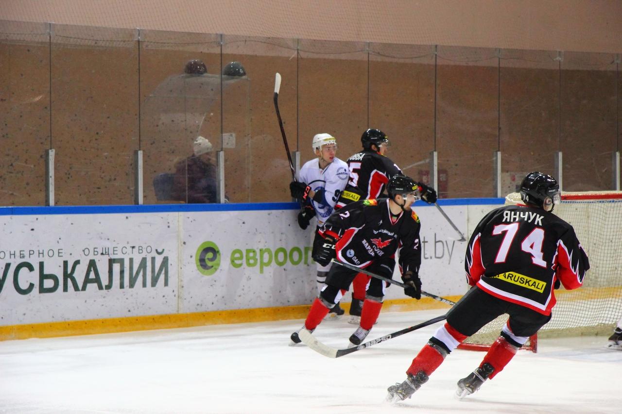 Александр Янчук (№74) открыл счет в матче. Фото: Владислав ИГОРЕВИЧ, hcbaranovichi.by