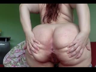 русская толстушка раздвигает свою толстую задницу