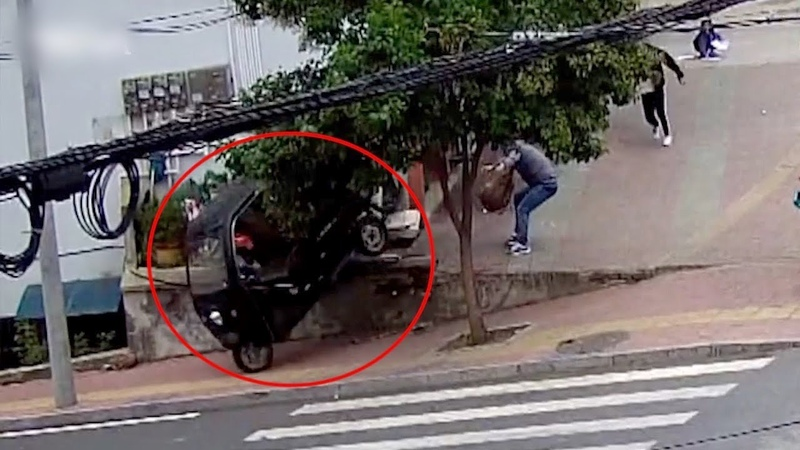 Two-year-old boy drives a delivery motorbike for over a hundred meters