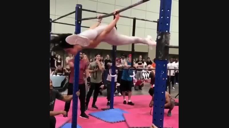 Strength of Body. Девушка показывает отличный уровень воркаута