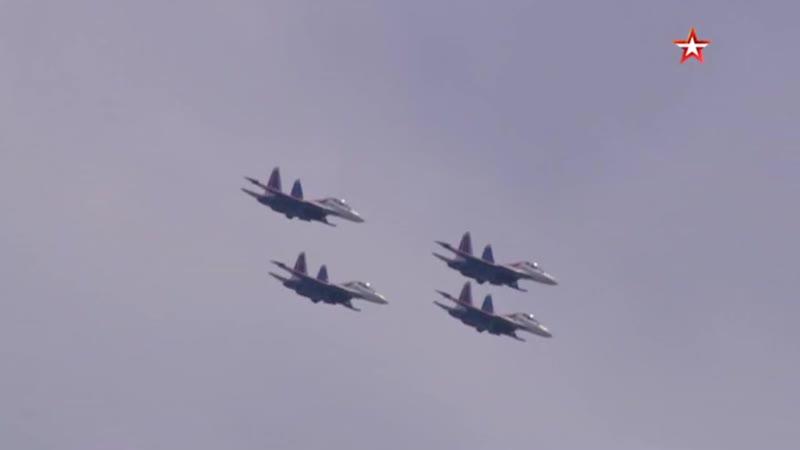 Групповой пилотаж Русских витязей на авиашоу в Малайзии