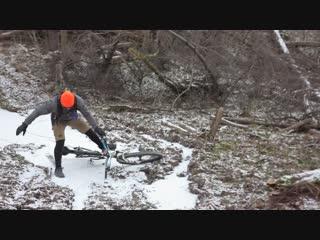 Дэн съезжает на лёд.