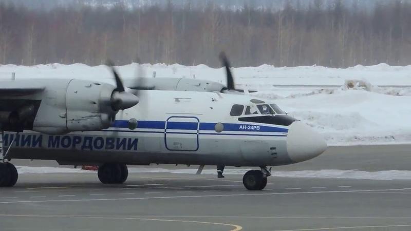 Ан-24РВ, руление и взлет в Магадане, ВПП28, RA-08824, Ираэро, 22.03.17