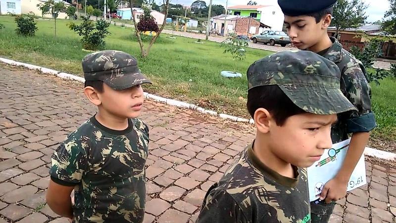 Vídeo surpreendente de soldados mirins Uma lição de patriotismo destes lindos soldados..