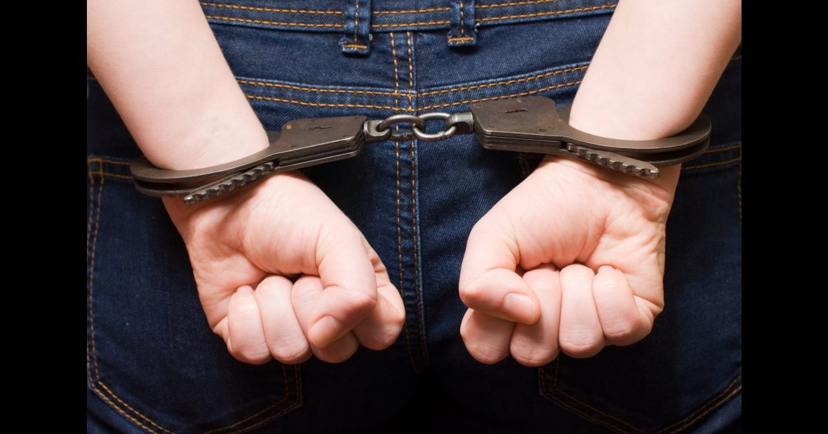 Evoj5M59kbg - В Белово полицейские задержали подозреваемого в серии квартирных краж В