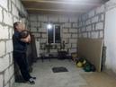 Парный жим гирь по 32 кг стоя у стены.