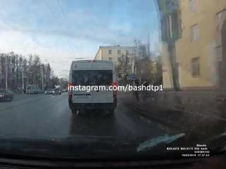 """БашДТП Official on Instagram: """"Момент сегодняшнего ДТП на Нефтяном универе в Уфе."""""""
