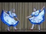 Супер русский танец школьницы танцуют на сцене в очень красивых платьях