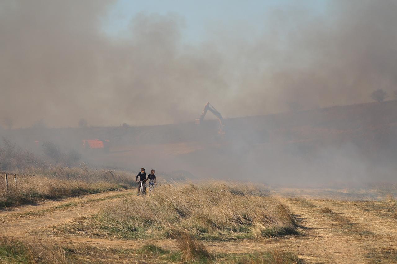 Ландшафтный пожар рядом с населенным пунктом
