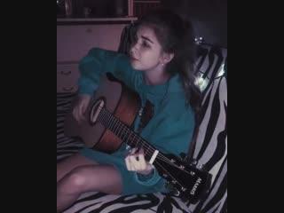 Маленькая девушка поёт популярную песню!