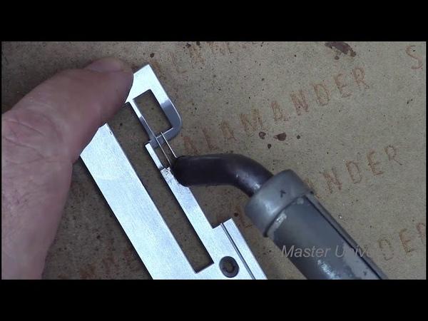 Как поставить направляющую иголку, на игольной пластине оверлока. Видео № 422.