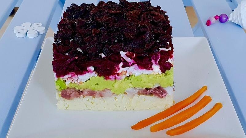 Брутальный слоеный салат с сельдью, авокадо и черносливом. Безумно вкусный.