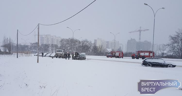 На ул. Екельчика сотрудники МЧС ликвидировали горение в автомобиле БМВ