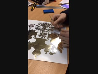 Изготовление наклейки из золотого хромированного винила