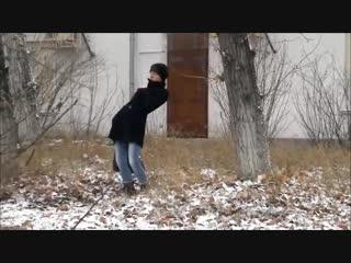 Тренер по йоге постигает дзен на прогулке