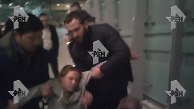 Видео задержания Насти Рыбки в Шереметьево