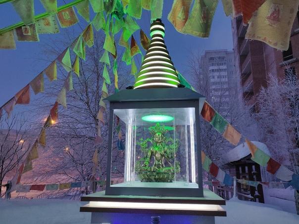 Статую Зеленая Тара опять на своем месте, озаряет проявлением мудрости, сострадания,
