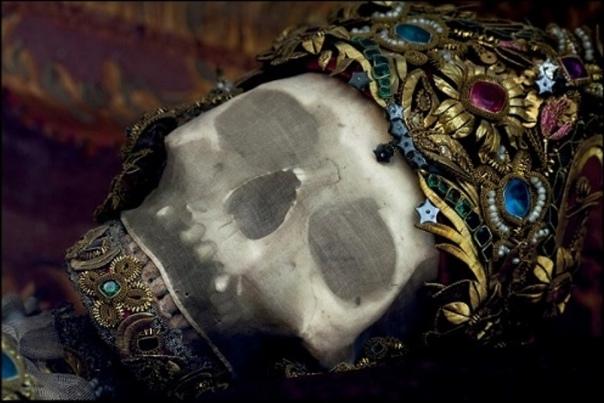 КАТАКОМБНЫЕ СВЯТЫЕ ...Останки этих безымянных людей оборачивались в тонкую, полупрозрачную ткань и покрывались сверху золотом. Черепа украшались коронами и диадемами, щедро усыпанными жемчугом и