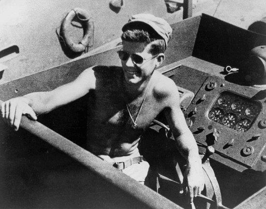 ИСТОРИЯ ОДНОГО ТОРПЕДНОГО КАТЕРА Торпедный катер РТ-109 был изготовлен на верфи в Нью-Джерси в июне 1942 года. 20 июля катер включили в состав ВМФ США. Обычный катер, он шел седьмым в этой