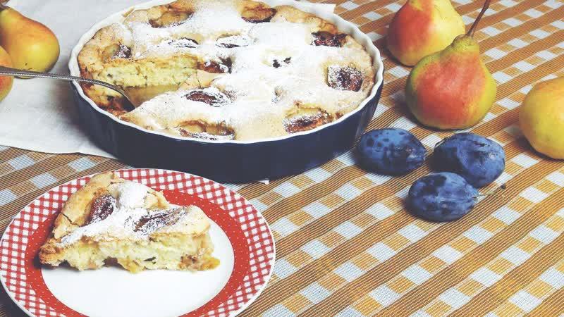 Шарлотка с яблоками и сливами верный