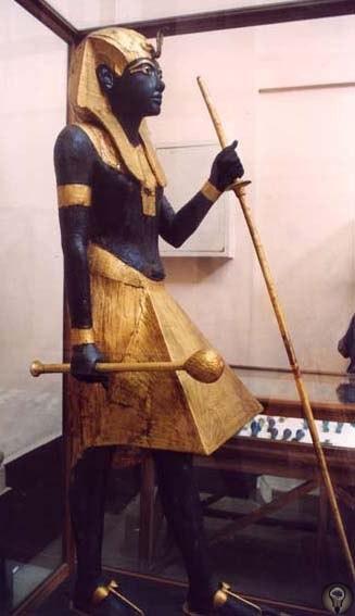 Детали статуй фараонов К древним статуям вообще полезно присматриваться повнимательней. Порой у них обнаруживаются весьма странные детали, которые вызывают ассоциации с техническими