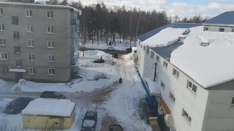 Аккуратно Сход снега и сосулек с крыш