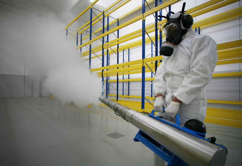 Насекомые обрабатываются туманом, который покрывают большую площадь ядом